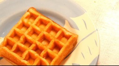 Gofre waffle with syrup — Stock Video