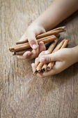 Cinnamon in hands — Stockfoto