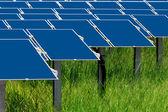 Grupo de paneles solares fotovoltaicos para producir energía eléctrica renovable — Foto de Stock
