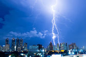 Real lightning bolt strike in a city — Stock Photo