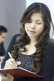 Attractive woman taking notes in order not to forget something, — 图库照片