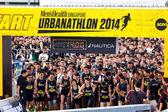 Runners at Urbanathlon 2014 running with Men's Health Singapore — Stockfoto