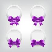 вектор белые пластиковые круглые значки с фиолетовые блестящие атласные ленты бант knots — Cтоковый вектор