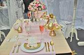 Elegant wedding table place settings — Stock Photo