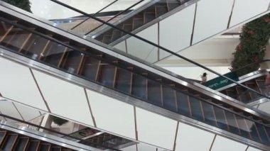 Escalators in shopping mall — Stock Video