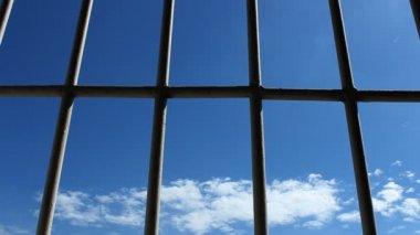 Więzienia, bary i błękitne niebo — Wideo stockowe