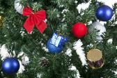 Weihnachten spielzeug auf einem baum — Stockfoto