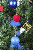 Juguetes de navidad en un árbol — Foto de Stock