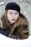 Un beau portrait en hiver d'une fille à l'extérieur — Photo