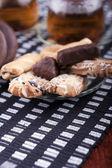 Bir tabak kurabiye yanındaki iki bardak çay ile — Stok fotoğraf