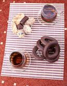 紅茶とクッキーの 2 つのプレートの 2 つのカップ — ストック写真