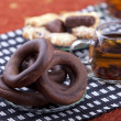 Plate with pretzel next to two cups of tea — Stockfoto