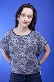 Mavi arka plan güzel kadın şaşkınlık studio vurdu — Stok fotoğraf