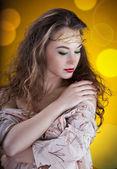 Retrato artístico de chica glamorosa en resumen antecedentes — Foto de Stock