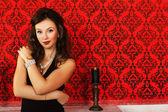 Bella ragazza con gioielli di lusso su sfondo rosso vintage w — Foto Stock