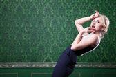 Modèle blonde qui pose en chambre vintage verte — Photo
