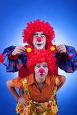 Dois palhaços felizes jogando no fundo azul — Foto Stock