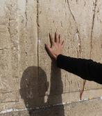 Mano de rezar el hombre en el muro occidental en jerusalén — Foto de Stock