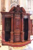 Katolickim konfesjonale — Zdjęcie stockowe