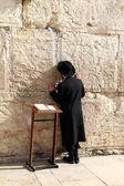 Joodse worshiper bidden op de klaagmuur een belangrijke joodse religieuze site in jeruzalem, israël. — Stockfoto