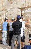 Jüdische gläubige betet an der klagemauer eine wichtige jüdische religiöse stätte in jerusalem, israel. — Stockfoto
