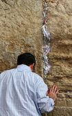 Adorador judío rezar en el muro de los lamentos un importante sitio religioso judío en jerusalén, israel. — Foto de Stock