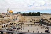 Jüdische gläubige betet an der klagemauer eine wichtige jüdische religiöse stätte — Stockfoto