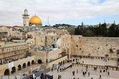 Adoradores judíos rezan en el muro de los lamentos un importante sitio religioso judío. jerusalem, israel — Foto de Stock