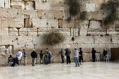 Joodse aanbidders bidden op de klaagmuur — Stockfoto