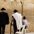 Foto Stock: Unidentified jewish men praying at the Wailing wall (Western wall)