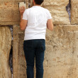 Unidentified young man praying at the Wailing wall (Western wall) — 图库照片