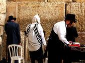 Adoradores judaicos rezam no muro das lamentações, um importante local religioso judaico. jerusalém, israel — Foto Stock