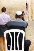Unidentified jewish men praying at the Wailing wall (Western wall) — Стоковое фото