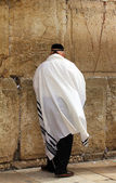 Unidentified old man in tefillin praying at the Wailing wall (Western wall) — Stock Photo