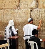 Jewish worshipers pray at the Wailing Wall an important jewish religious site in Jerusalem, Israel — Stock Photo