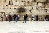 Adoradores judaicos orar no muro das lamentações, um importante sítio religioso judaico em jerusalém, israel — Foto Stock
