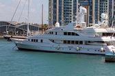 Yate privado de lujo amarrado en el puerto deportivo. — Foto de Stock