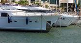 Yate privado de lujo amarrados en el puerto deportivo. guardabarros — Foto de Stock