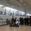 Passengers wait in reception area of tickets and luggage at the airport Ben Gurion Airport . — Stock Photo