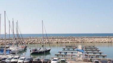 Jachtverhuur in marina — Stockvideo