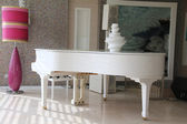 White grand piano — Foto Stock