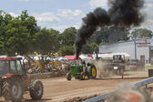 John deere 6030 traktörü çekerek — Stok fotoğraf