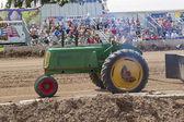 Grüne oliver traktor pulling seitenansicht — Stockfoto