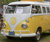 Yellow & White 1966 VW Camper Front Side view — Stock Photo