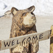 Black Bear with Welcome Sign Wood Carving Statue — Stock Photo