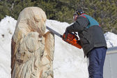 Man Carving face on Huge Bear from Log with Chainsaw — Stock Photo