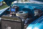 1952 синий шевроле доставки седан двигатель — Стоковое фото