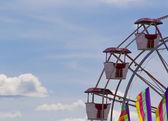 Pariserhjul mot en blå himmel — Stockfoto