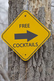 Free Cocktails This Way Sign on Tree — Stock Photo