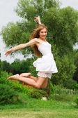 Hoppa flicka på natur — Stockfoto